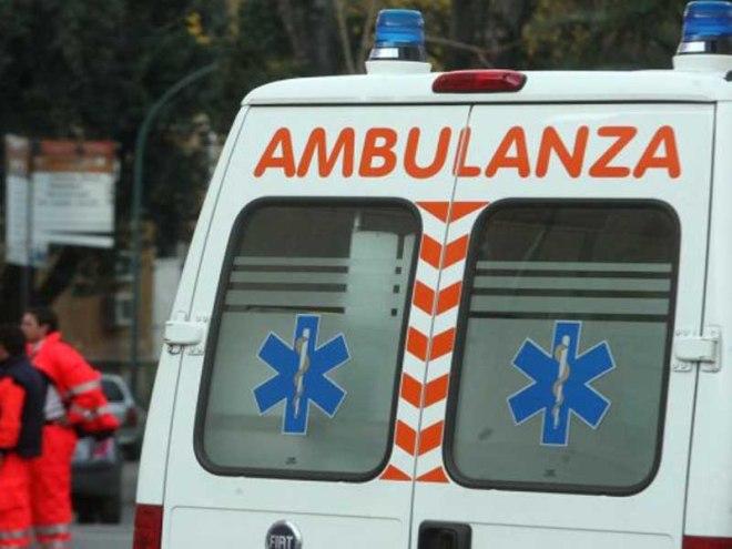 20060125  -ROMA -CRO:   LA TURCO DISPONE UN'INDAGINE SULL'IGIENE NEGLI OSPEDALI       I CARABINIERI DEL NAS AL POLICLINICO UMBERTO I DI ROMA - Un' ambulanza all'interno  del Policlinico Umberto I° a Roma, dove i carabinieri del Nucleo Antisofisticazioni di Roma hanno effettuato perquisizioni, controlli e verifiche dopo la situazione di degrado denunciata dal settimanale l'Espresso. CLAUDIO PERI /ANSA /JI